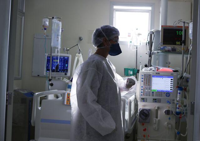 Profissional da saúde em Unidade de Tratamento Intensiva (UTI) para pacientes com COVID-19 em São Paulo.