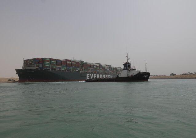 Navio cargueiro Ever Given, um dos maiores do mundo, encalhado no canal de Suez, no Egito, em 25 de março de 2021
