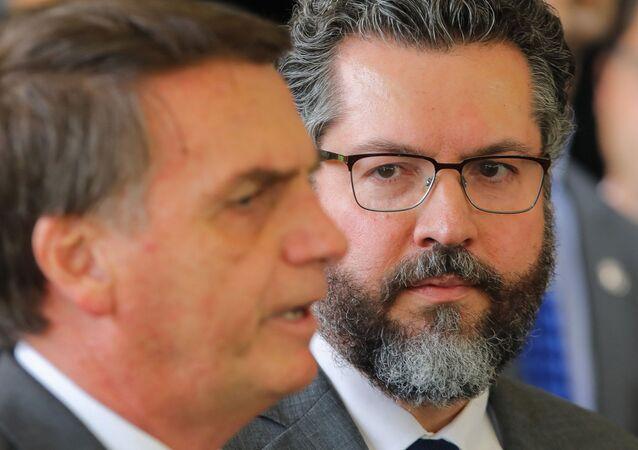 Ernesto Araújo, apontado como favorito à chefia do MRE brasileiro, olha para o presidente eleito Jair Bolsonaro, 14 de novembro de 2018