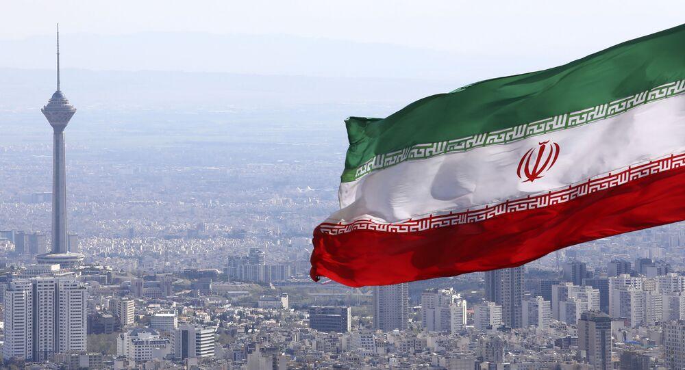 Bandeira do Irã com torre de telecomunicações de Teerã ao fundo