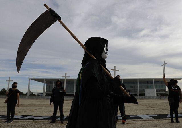 Manifestação em frente ao Palácio do Planalto em Brasília contra a gestão do governo em relação à pandemia de COVID-19 no Brasil