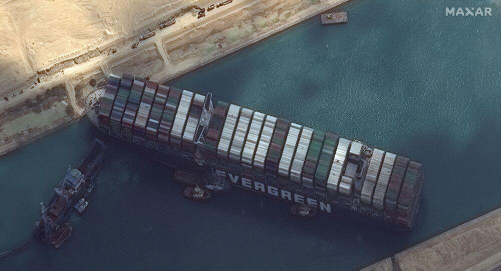 O navio de contêineres Ever Given é retratado no canal de Suez nesta imagem de satélite da Maxar Technologies tirada em 26 de março de 2021.