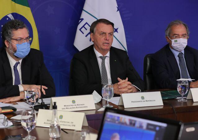 O presidente do Brasil, Jair Bolsonaro, ao lado dos ministros Ernesto Araújo, das Relações Exteriores, e Paulo Guedes, da Economia, durante reunião de cúpula em comemoração aos 30 anos do Mercosul