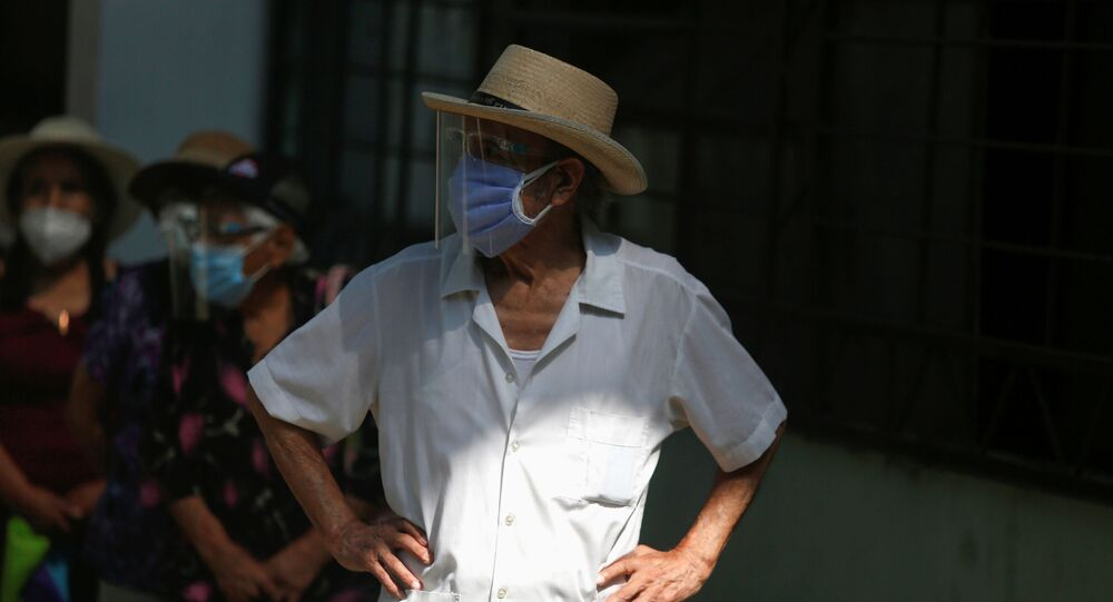 Homem espera na fila parece receber dose de vacina da Pfizer em Lima, no Peru