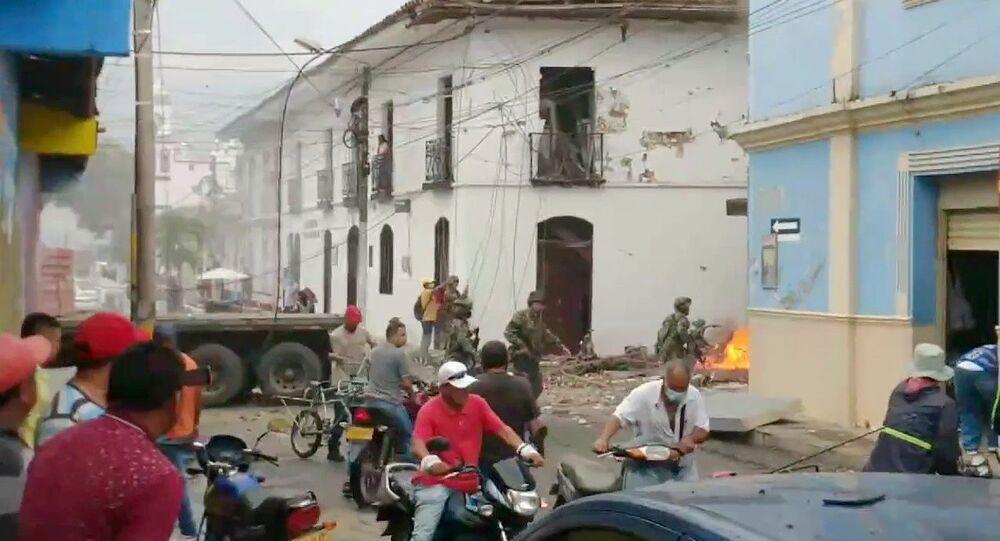Captura de tela de vídeo mostrando locais de Corinto, na Colômbia, reagindo à explosão perto do edifício da prefeitura