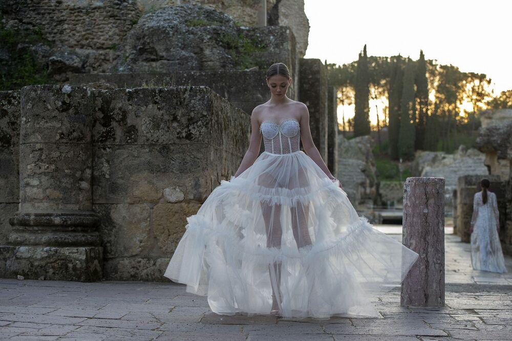 Modelos apresentam uma criação de Inma Castrejon durante a semana de moda Code'41 em Sevilha, Espanha