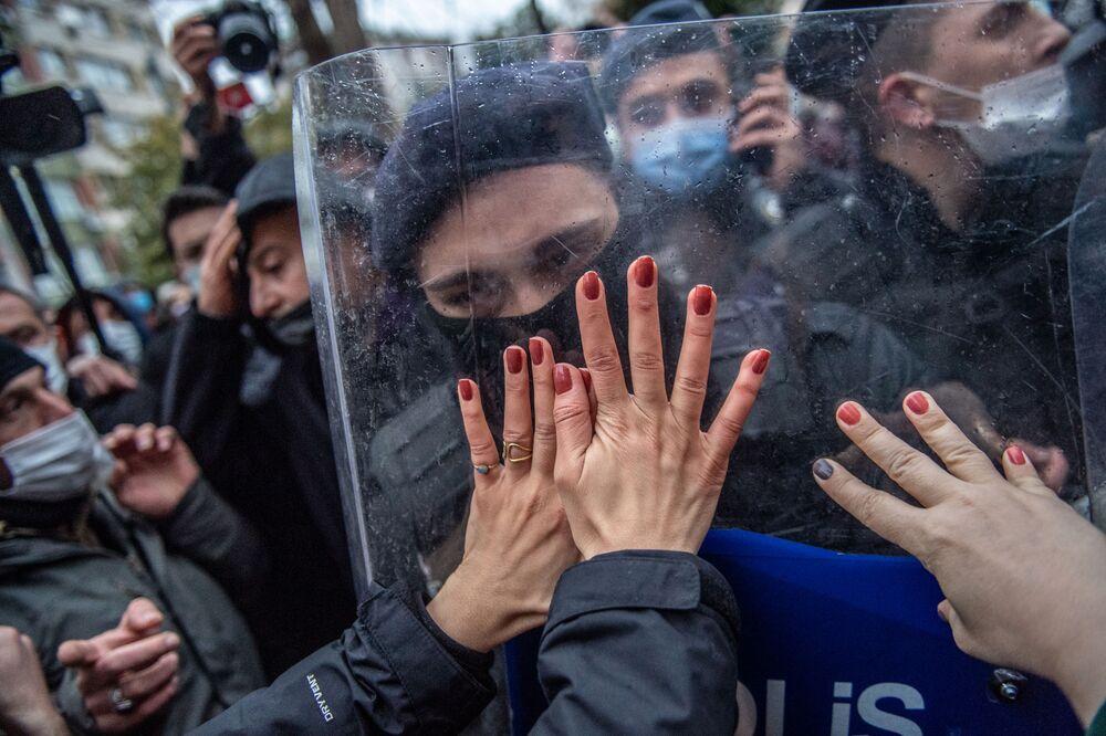 Mulheres confrontam policiais durante uma manifestação contra a retirada da Turquia da Convenção de Istambul, um acordo internacional destinado a proteger as mulheres