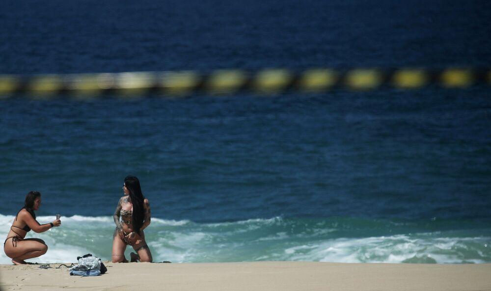 Moças na praia de Ipanema no Brasil