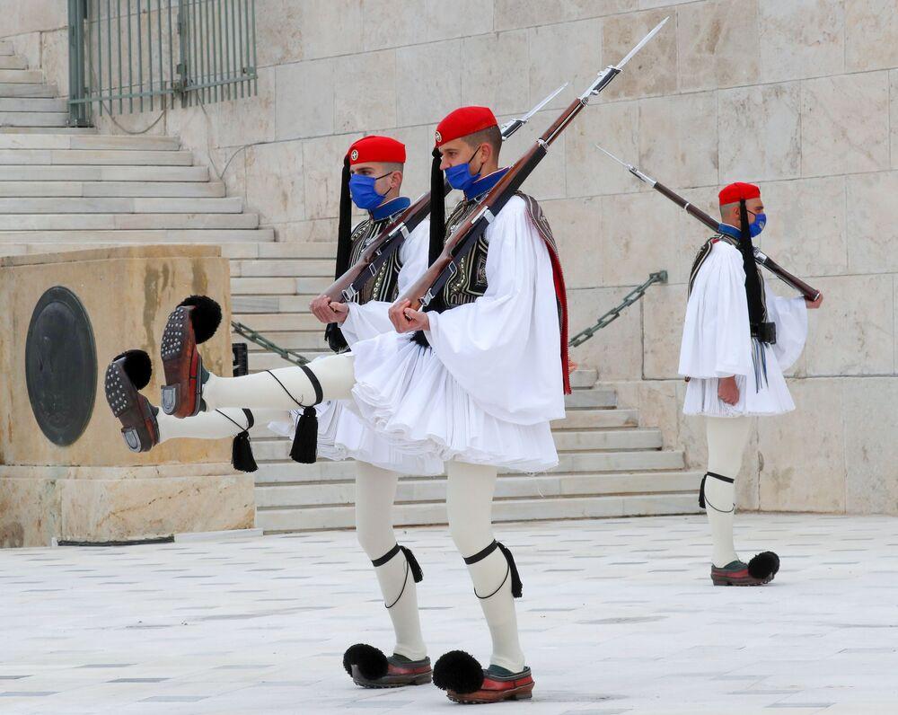 Guarda de honra de evzones no túmulo do Soldado Desconhecido na praça Sintagma em Atenas