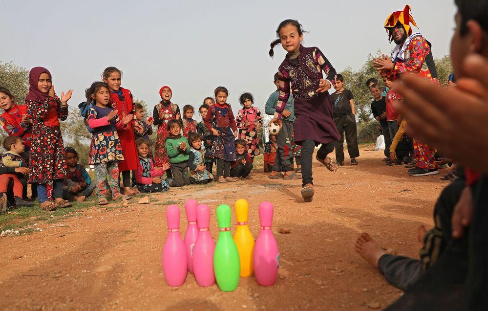 Crianças brincando em um campo de refugiados na Síria