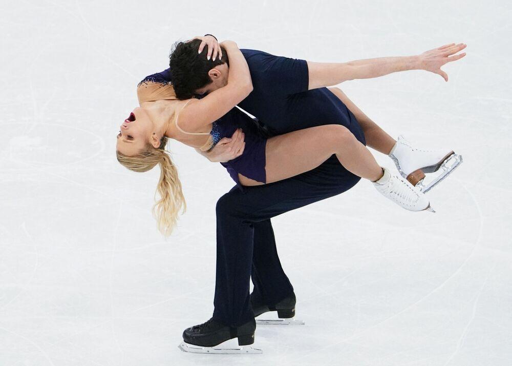 Kirsten Moore-Towers e Michael Marinaro durante sua atuação no Campeonato Mundial de Patinação Artística no Gelo em Estocolmo, Suécia
