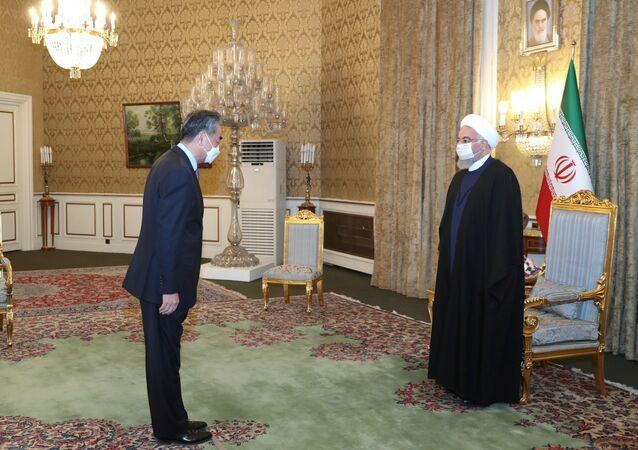 Presidente iraniano, Hassan Rouhani, reúne-se com o ministro das Relações Exteriores chinês, Wang Yi, em Teerã, Irã, em 27 de março de 2021