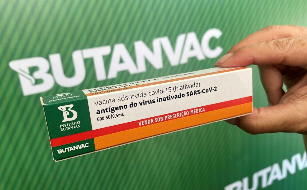 Dimas Tadeu Covas, diretor do Instituto Butantan, mostra modelo de uma embalagem enquanto fala sobre ButanVac, uma potencial vacina brasileira contra o novo coronavírus