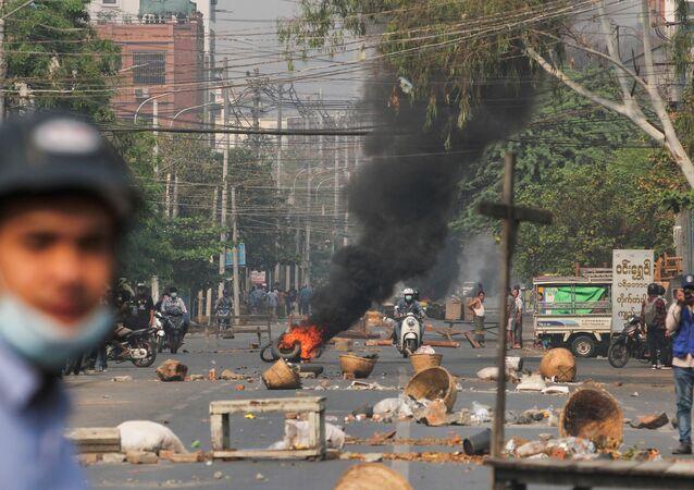 Manifestantes montam barricadas com pneus incendiados na cidade de Mandalay, em Mianmar