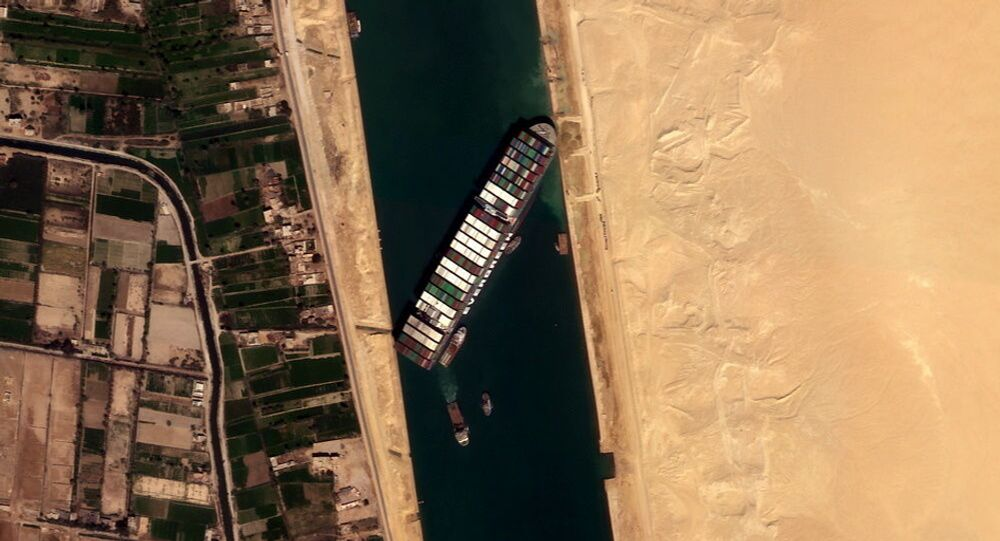 Imagem aérea do cargueiro Ever Given encalhado no canal de Suez