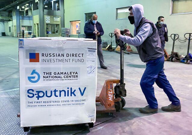Em Beirute, no Líbano, um o primeiro lote da vacina russa Sputnik V contra a COVID-19 é desembarcado no aeroporto internacional Rafik Hariri, em 23 de março de 2021