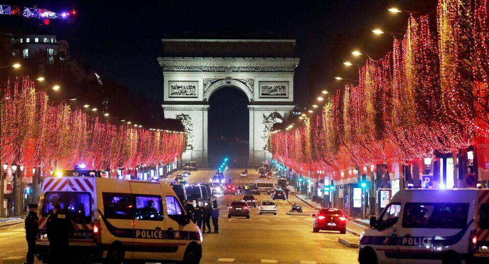 Em Paris, policiais patrulham a avenida Champs Elysees durante lockdown na França, em meio à pandemia da COVID-19, em 31 de dezembro de 2020
