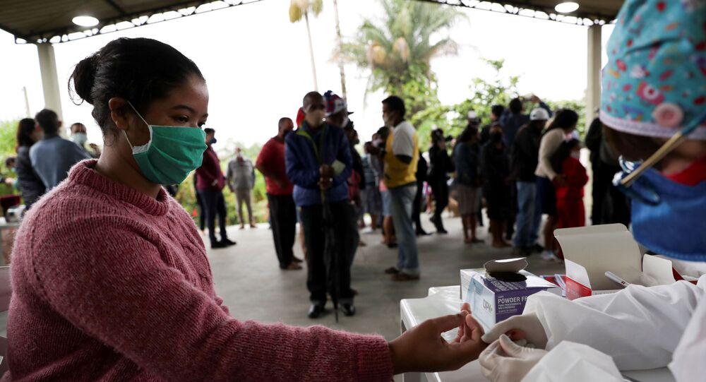 Jovem é testada para o novo coronavírus pelo Instituto Butantan em quilombo da cidade de Registro, no estado de São Paulo
