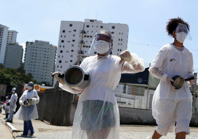 Moradores do bairro de Paraisópolis protestam contra a fome em meio ao surto do novo coronavírus em São Paulo, SP, em 26 de março de 2021