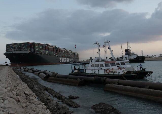 Ever Given, um dos maiores navios porta-contêineres do mundo, encalhado no canal de Suez, Egito, 28 de março de 2021