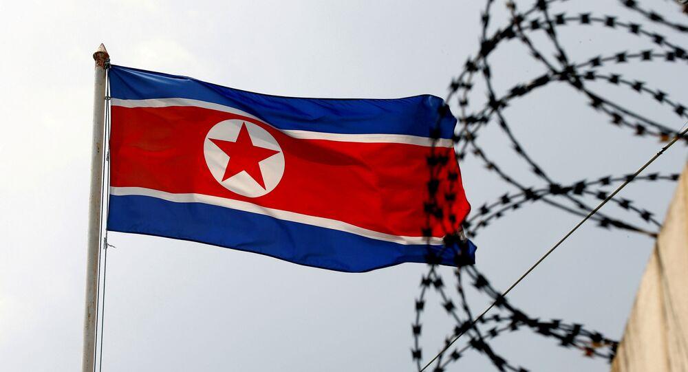 Bandeira da Coreia do Norte hasteada na Embaixada da Coreia do Norte em Kuala Lumpur, Malásia, 9 de março de 2017