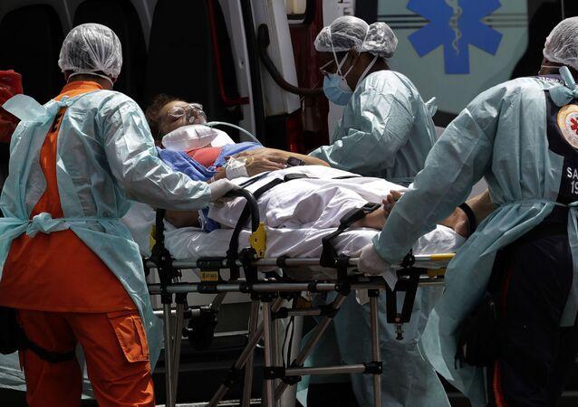 Equipe de resgate chega ao hospital com paciente com suspeita de COVID-19 em Brasília, 23 de março de 2021