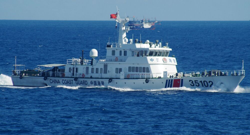 Um navio da Guarda Costeira Chinesa navega perto das disputadas ilhas do Mar da China Oriental no sábado, 6 de agosto de 2016