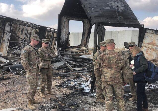 Soldados dos EUA em meio a danos no local de bombardeio iraniano na base aérea de Ain Al-Asad, em Anbar, Iraque, 13 de janeiro de 2020