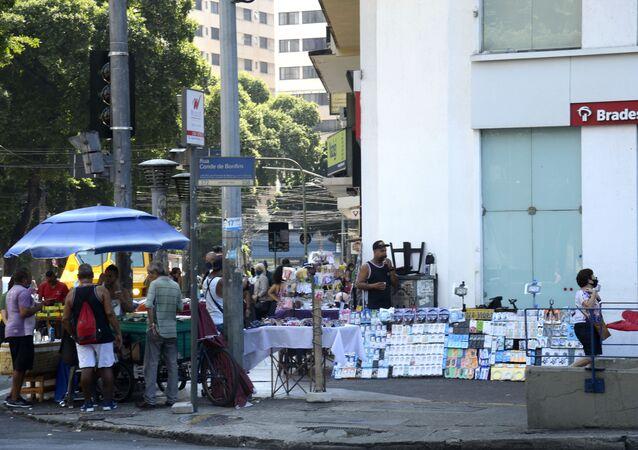 Pessoas circulam pelas ruas do Rio de Janeiro durante feriado de dez dias para conter o aumento de casos de COVID-19.