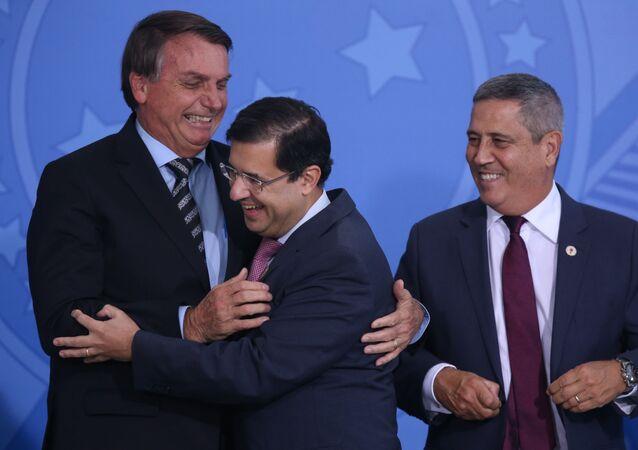 O presidente Jair Bolsonaro, o ministro-chefe da AGU José Levi e o ministro-chefe da Casa Civil Walter Souza Braga Netto, no dia 26 de novembro de 2020, em Brasília