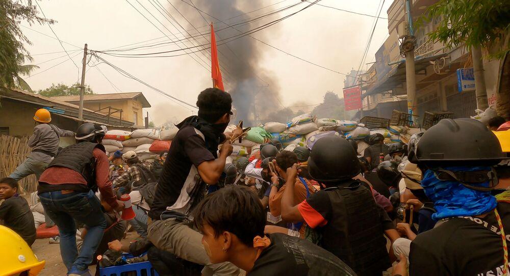 Manifestantes em confronto com militares durante protestos em Mianmar, no dia 29 de março de 2021