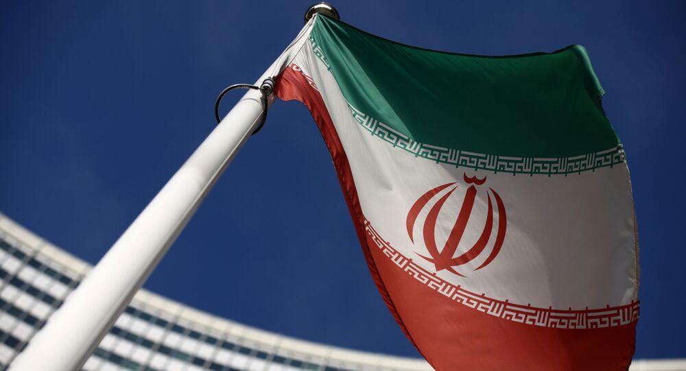 Bandeira do Irã em frente à sede da Agência Internacional de Energia Atômica (AIEA) em Viena, Áustria, 1º de março de 2021