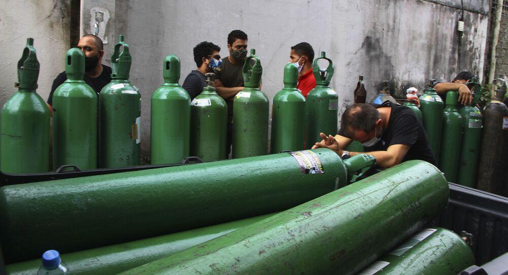 Familiares de pacientes hospitalizados com COVID-19 em torno de tanques de oxigênio vazios em Manaus