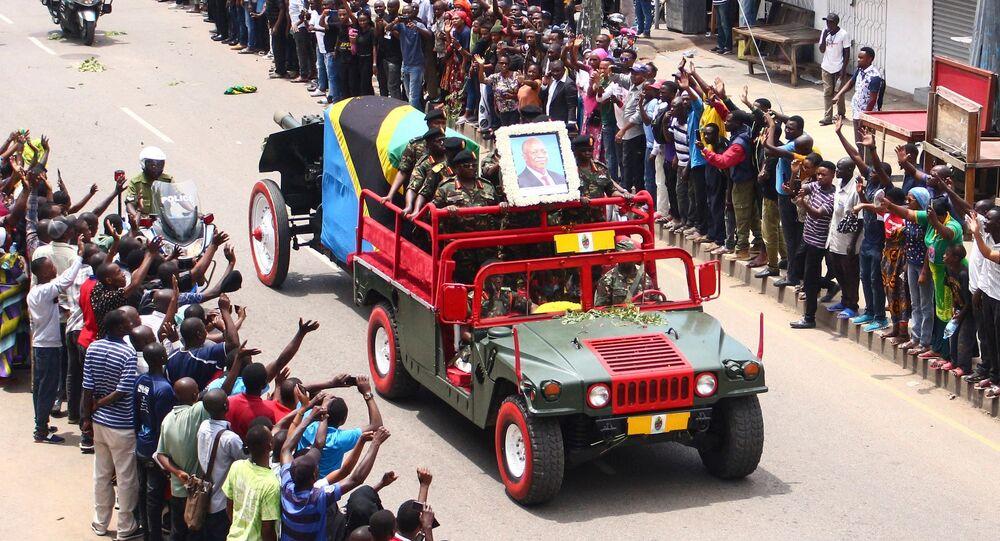 O caixão do falecido presidente tanzaniano John Magufuli passa em uma estrada para seu funeral em Mwanza, Tanzânia, em 24 de março de 2021