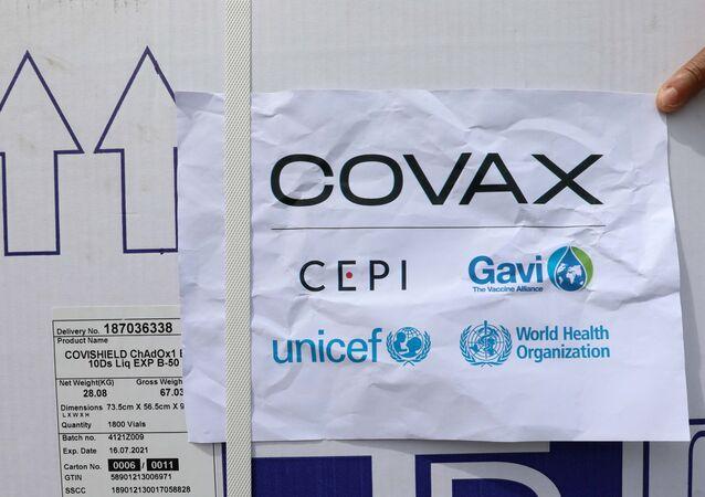 Trabalhadores descarregam vacinas da AstraZeneca/Oxford sob o esquema COVAX contra o novo coronavírus (SARS-CoV-2) no aeroporto Aden Abdulle Osman em Mogadíscio, Somália, 15 de março de 2021