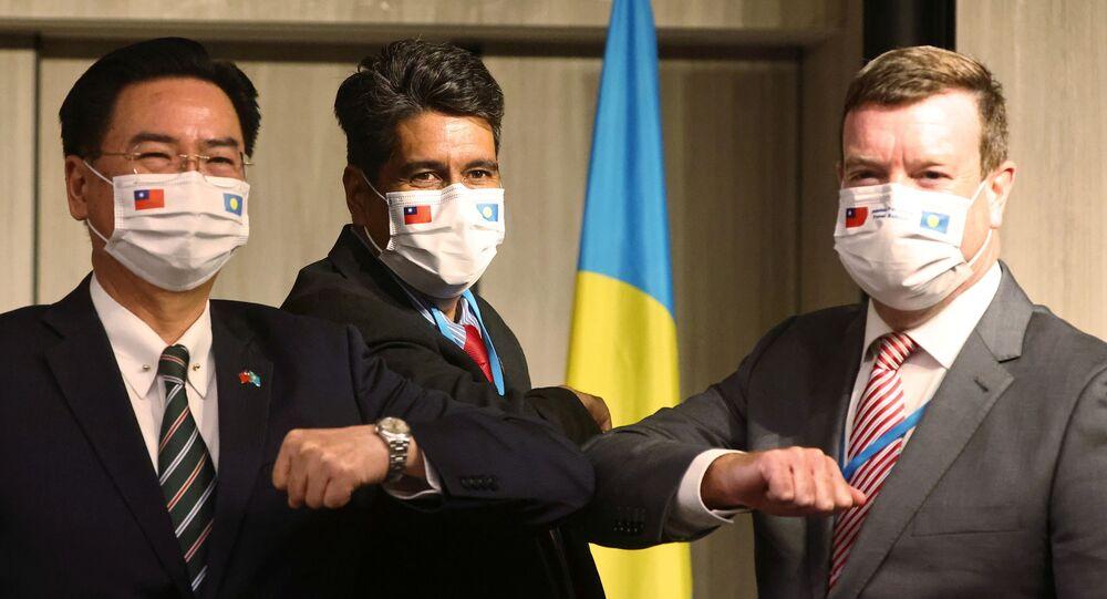 O presidente de Palau, Surangel Whipps, o ministro das Relações Exteriores de Taiwan, Joseph Wu, e o embaixador dos Estados Unidos em Palau, John Hennessey-Niland, participam de uma coletiva de imprensa em Taipei, Taiwan, em 29 de março de 2021