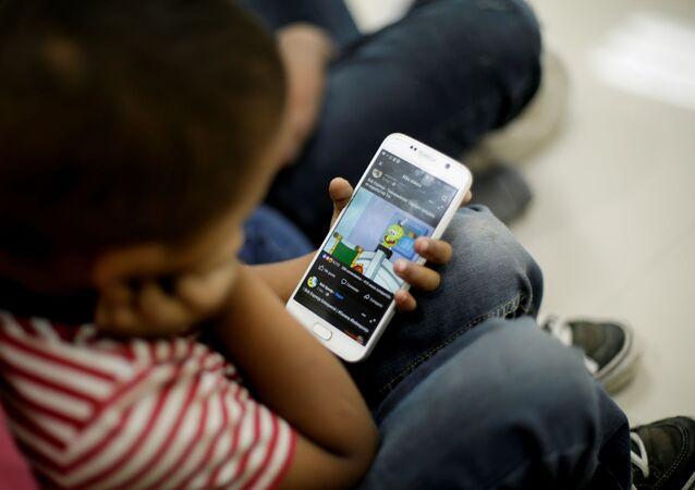 Criança usando smartphone com sistema Android em março de 2021