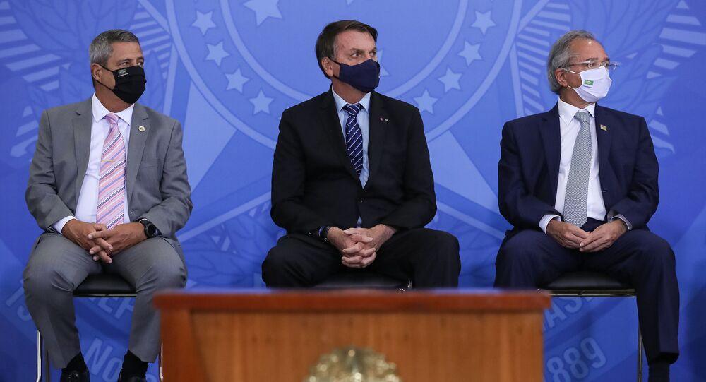 O presidente Jair Bolsonaro entre Walter Souza Braga Netto, novo ministro da Defesa, e de Paulo Guedes, ministro da Economia, no dia 29 de março de 2021, em Brasília