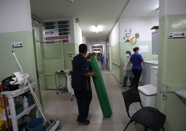 Trabalhador chega com cilindro de oxigênio em hospital de Bauru, em São Paulo, no Brasil, no dia 23 de março de 2021