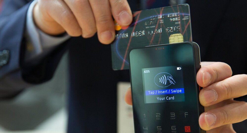Imagem ilustrativa: homem realiza pagamento com cartão
