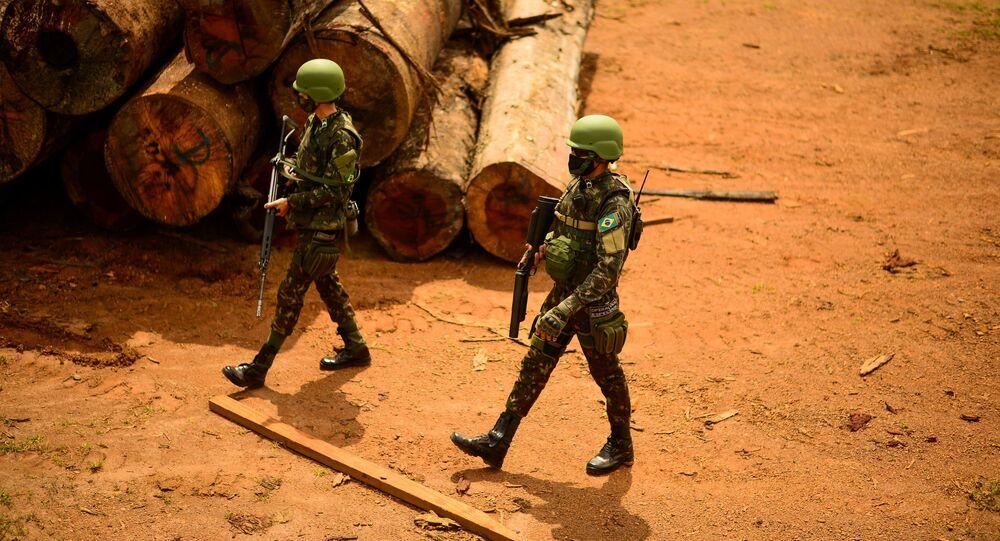 Militares do Exército Brasileiro patrulham Floresta Amazônica para combater o desmatamento ilegal na região