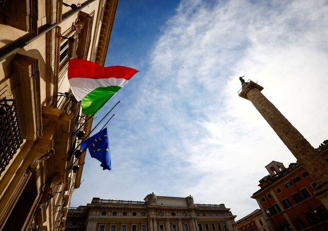 Bandeiras de Itália e UE fora do gabinete do primeiro-ministro italiano, 18 de março de 2021
