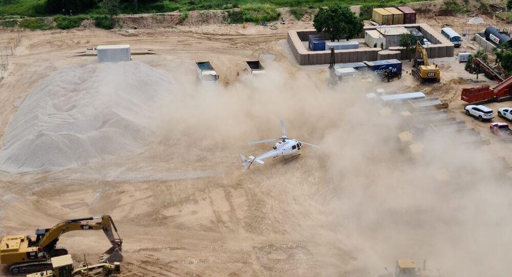 Um helicóptero do Dyck Advisory Group pousa em Palma, Moçambique, nesta foto tirada entre 24 e 27 de março de 2021 e obtida pela Reuters em 30 de março de 2021.