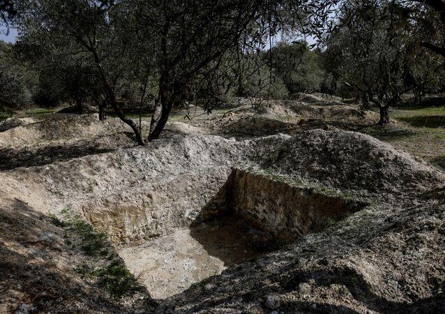 Buracos cavados por arqueólogos na vila de Turgut, perto da cidade de Yatagan, no sudoeste da província de Mugla, Turquia