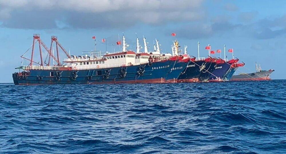 Embarcações chinesas, supostamente controladas por milícias marítimas chinesas no recife de Whitsun, mar do Sul da China, 27 de março de 2021