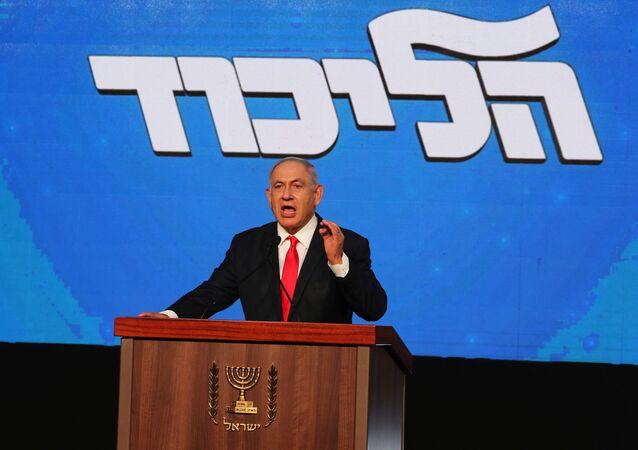 Benjamin Netanyahu, primeiro-ministro de Israel, gesticula durante discurso após anúncio das eleições gerais de Israel na sede de seu partido Likud, em Jerusalém, 24 de março de 2021