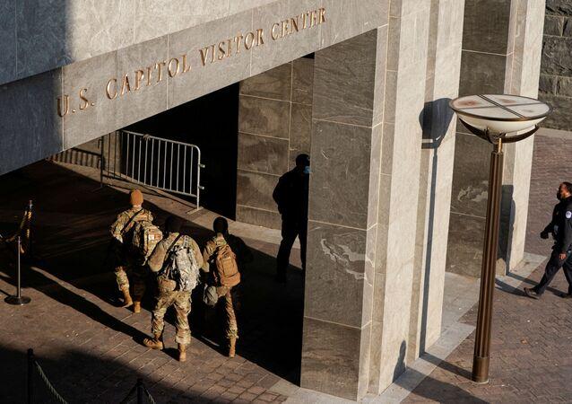 Membros da Guarda Nacional e da Polícia do Capitólio patrulham área do Capitólio, em Washington