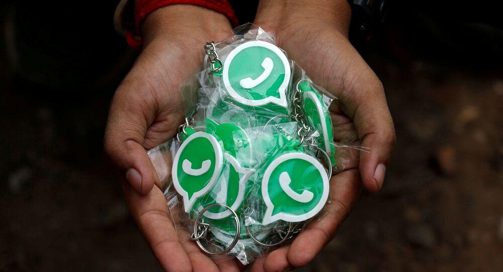 Chaveiros com o logotipo do WhatsApp, Calcutá, Índia, 9 de outubro de 2018.