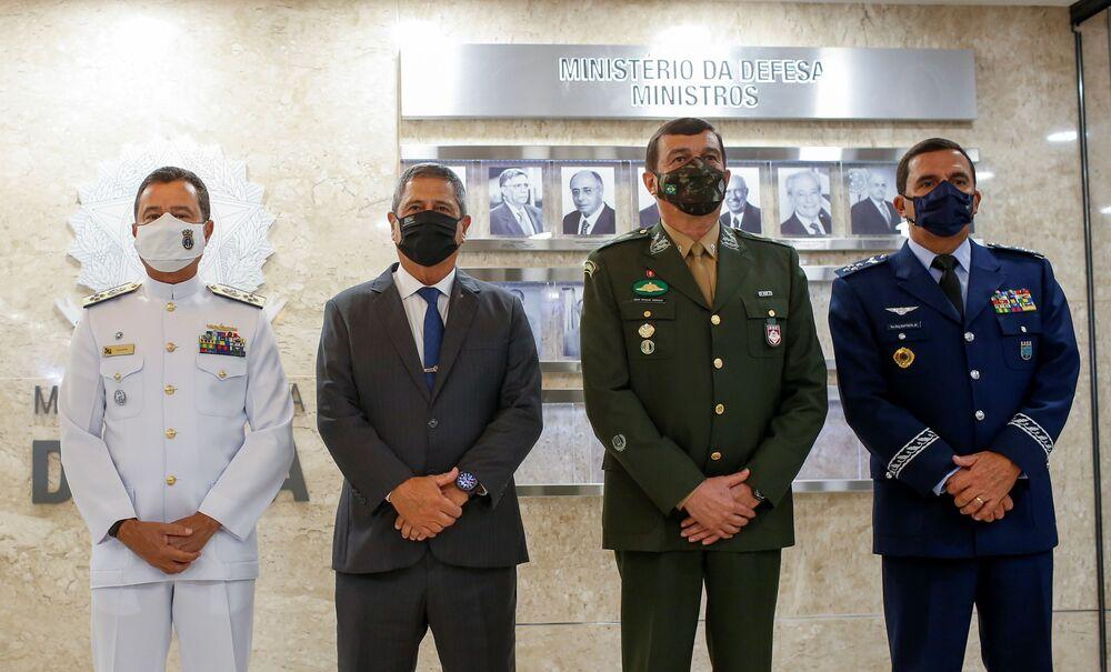 O comandante da Marinha, almirante de esquadra Almir Garnier Santos; o ministro da Defesa, general Braga Netto; o comandante do Exército, Paulo Sérgio Nogueira de Oliveira; e o comandante da Aeronáutica, tenente-brigadeiro do ar Carlos de Almeida Baptista Jr.