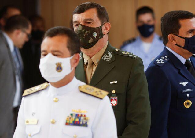 O comandante da Marinha, almirante de esquadra Almir Garnier Santos; o comandante do Exército, general Paulo Sérgio Nogueira de Oliveira; e o comandante da Aeronáutica, tenente-brigadeiro do ar Carlos de Almeida Baptista Jr.